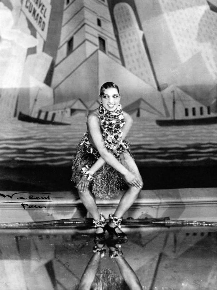 Joséphine Baker dansant le charleston aux Folies Bergère à Paris — Revue Nègre Dance (1926). Photo de Walery