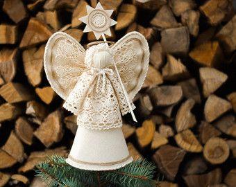 Zuivere witte kerst engel boom topper met Kerstster. ♥♥♥ Voor een lange tijd dat ik wilde maken dit MaliLili stijl kerstboom topper. Tot slot ben ik blij te presenteren u deze serie van engelen.  Zeker kunt u het gebruiken als een speciale Kerstmis home decor of vakantie middelpunt. Proberen te vinden van uw eigen combinatie met andere kleinere kerst engel ornamenten uit mijn collectie! -https://www.etsy.com/shop/MaliLili?section_id=17498146&ref=shopsection_leftnav_1  Het is ook een speciale…