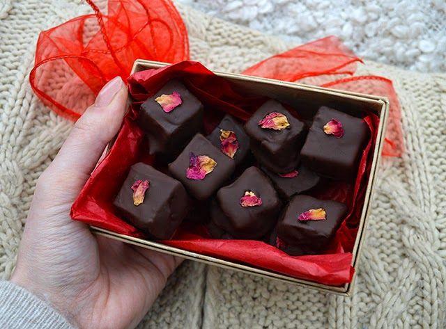Rijke donkere chocolade coating zachte en aromatische rose snoep #edibleflowers - Hoe Chocolade bedekt Turkish Delight maken