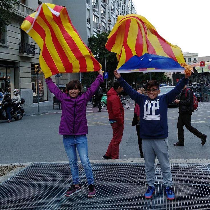 Un lloc on fa molta gràcia de portar-hi una bandera és a la Via Laietana a tocar de la plaça de la catedral. Hi ha una sortida d'aire i passa això que es veu a la imatge. Els nens són la meva filla gran l'Aina i el Víctor un dels meus fillols. S'ho han passat bé després de la manifestació de les 12 h. Per cert: la canalla catalana no està adoctrinada. El que fan és viure amb normalitat el que viu la seva família.  #vaga #vaga8n #catalunya #barcelona #fotodeldia #mani #manifestació…