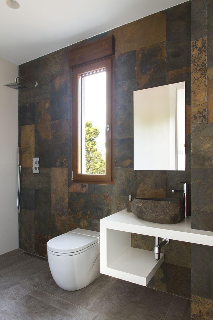 Revestimiento de baño con piedra natural de L´Antic Colonial. Grupo Porcelanosa.