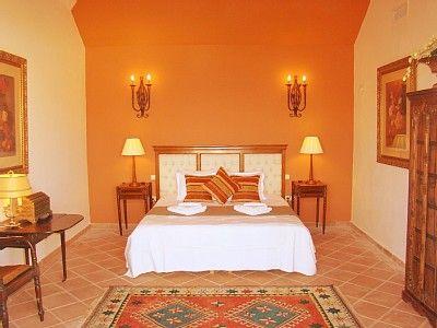 habitacion pintada de naranja y crema