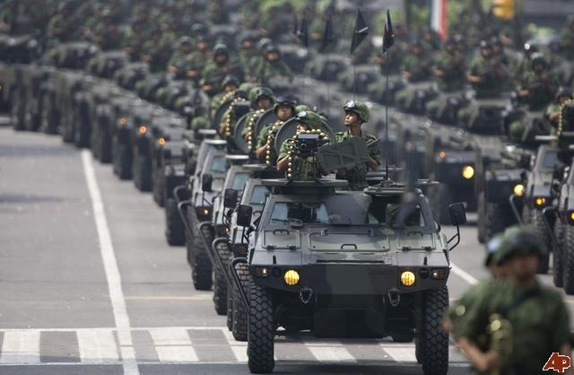 Mexican Army | Mexican Army troops ride on military vehicles during the Independence ...
