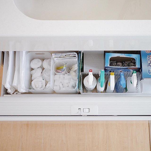 Instagram media by saya.s.a - #シンク下収納 * 左から、ポリ袋3種(無印の仕切りスタンドで仕切ってます)。 * スーパーやお店でもらうレジ袋。(ダイソーのBOX) * メラニンスポンジや使い古した歯ブラシやチラシ。(メラニンスポンジは1回使い捨てサイズでかなり小さくカットしてます)。 * 牛乳パック。(お肉や魚を切る時にまな板の上に敷いてます)。 * お掃除用洗剤や食洗機用洗剤。 * その横に、写ってないですが、キッチンのゴミ箱用の45リットルサイズのゴミ袋。 * こんな感じで収納してます。  #収納 #整理 #整理収納 #キッチン収納 #キッチン #kitchen  #シンク下 #マイホーム #暮らし #くらし #シンプルライフ #シンプルな暮らし #家事 #掃除 #VSCOcam