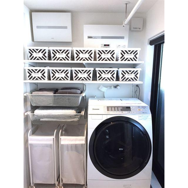女性で、3LDK、家族住まいの100均/狭小住宅/ミニマルモダン/モノクロ/モノトーン/IKEA…などについてのインテリア実例を紹介。「パウダールームの奥にランドリールーム兼脱衣所があります。2階のバルコニーに面した1番明るい場所は子供部屋ではなく水回りにしました。脱衣・洗濯・物干しの移動ナシ!!雨の日は浴室乾燥機とホスクリーンでドライルームに変身します♡」(この写真は 2015-04-27 22:57:41 に共有されました)