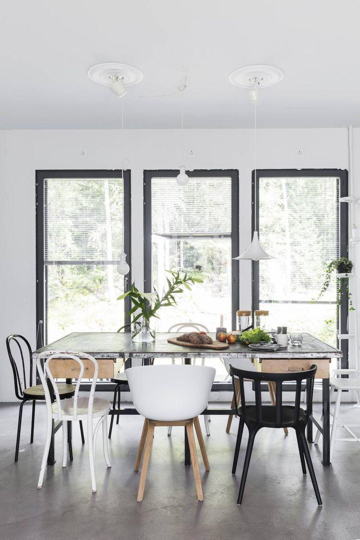 Siivikkalan koulun puutyöluokan vanha pöytä sai uuden elämän ruokapöytänä. Raskas pöytä odottaa alleen liikuttelua helpottavia pyöriä. Tuoleista Hayn puujalkainen About A Chair ja Ikean PS 2012 ovat uusia, muut kirppiksiltä.