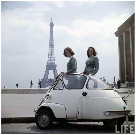 Cette série nous montre, 5 hôtesses de  l'air de la compagnie aérienne T.W.A en escale à Paris en 1958.  Paris est une fête …  même pour les hôtesses