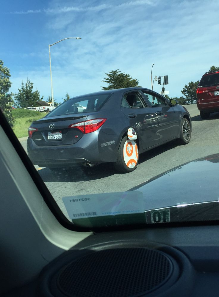 A 'Star Wars' fan attached BB-8 to his car—and other fans are loving it