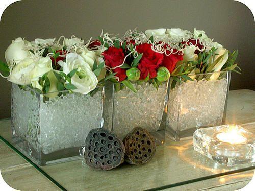 Bloemschikken valentijn met rozen, ranonkels, eucalyptus, tillandsia, glazen recipiënten,...