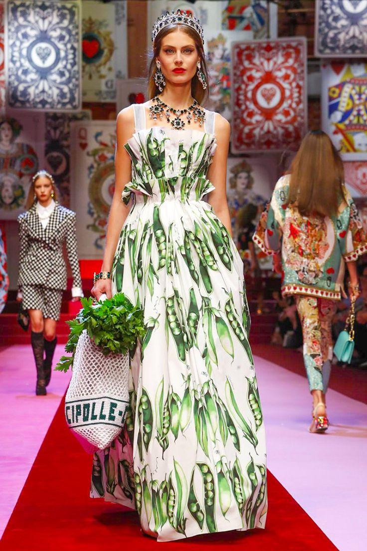 Карты и иконы, овощи и фрукты, поп-арт и барокко: все смешалось в Доме Dolce & Gabbana | Журнал Harper's Bazaar