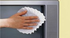 Pour dépoussiérer et nettoyer parfaitement l'écran plat (ou pas) de votre téléviseur, le filtre à café est le P'tit truc à connaître. Ouvrez complètement votre filtre à café en le posant contr