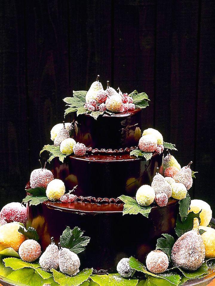 チョコレートそのものでコーティングしたケーキ。直径が大きく高さもあるケーキだと熟練の技術が必要となります。担当パティシエさんと相談してみてくださいね。