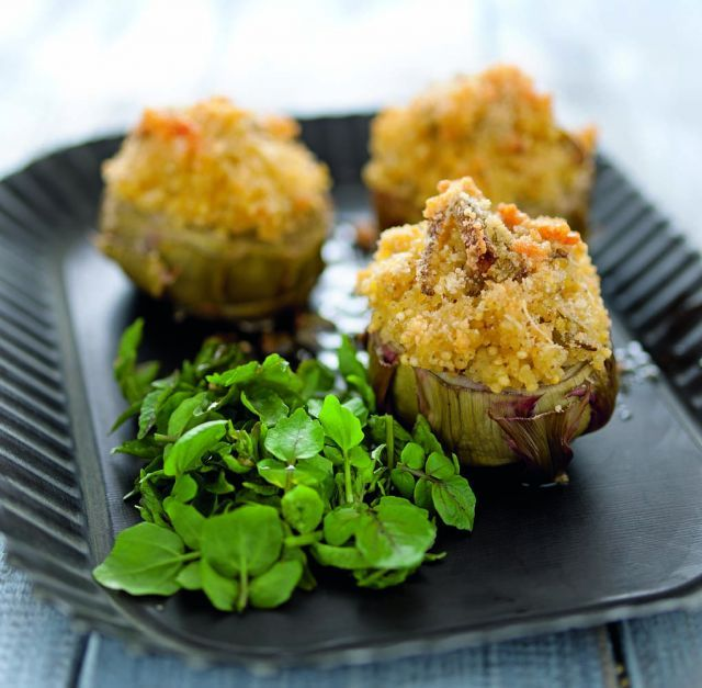 Carciofi ripieni al forno con insalatina di crescione. Ricetta di Michele Maino, Foto di Luca Colombo. Tratta dalla rivista Cucina Naturale