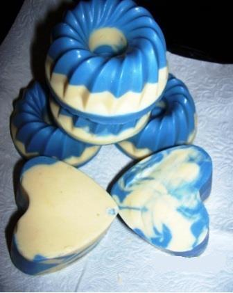 Kék  Csoda    Minden bőrtípusra      Olíva,-szőlő,-napraforgó olaj; kókusz,-pálmavaj, víz, kecsketej,NaOH