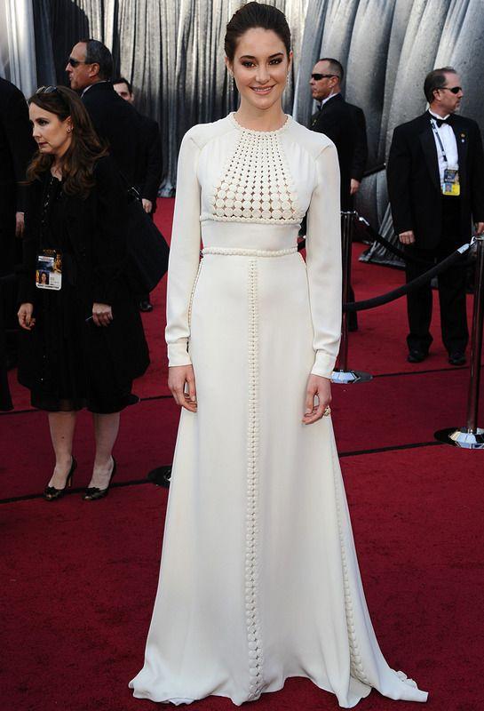 Shaylene Woodley con vestido blanco bordado de manga larga de Valentino Couture.