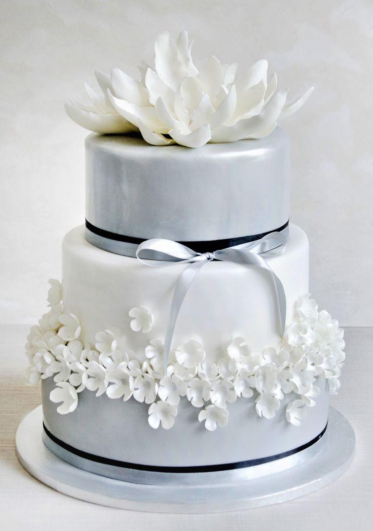 Tort Nuferi albi     Tort Nuferi albi  COD PRODUS: TN168 Un tort de nunta decorat cu nuferi albi si puri, realizati manual cu multa rabdare si pusi in valoare de floricelele mici si delicate, un model pentru o nunta chic.
