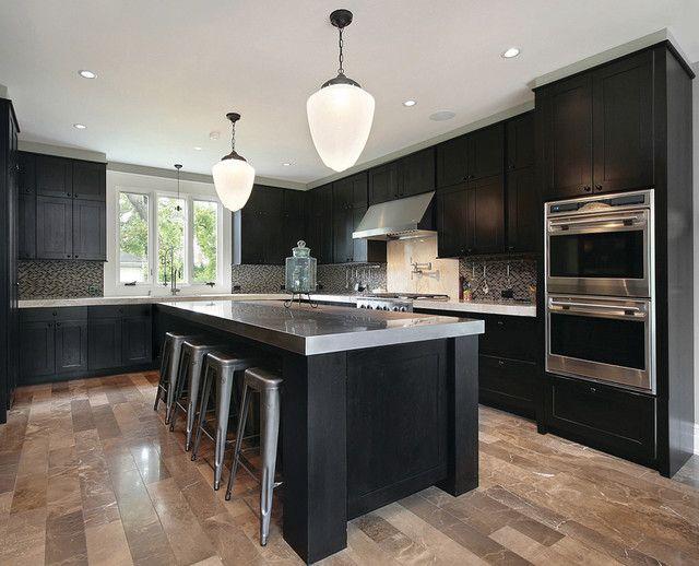 черная кухня со столешницей из нержавейки
