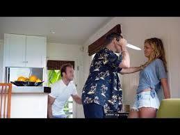 En el capítulo 16 de la temporada 5, paralelamente al caso del 5.0, Danny va a pasar el fin de semana con su novia Amber a una casa tranquilamente, todo se estropea cuando el ex-marido de esta (del que huyó por maltrato) aparece en la isla buscándola y logra encontrarles en su retiro romántico. Serie: Hawai 5.0