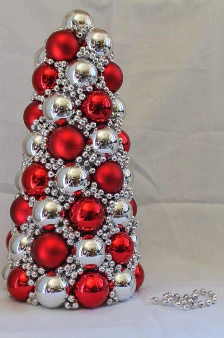 Realiza con tus propias manos este bello árbol para decorar en Navidad. Los materiales son económicos y fácil de conseguir. Materiales: Uncono de unicel (telgopor) Varias esferas navideñas (elige dos colores mínimo). Una guirnalda navideña deperlas (del color que prefieras). Una pistola desilicon caliente y barras. Paso apaso: Retira laparte superior delas esferas. Aplica silicon …
