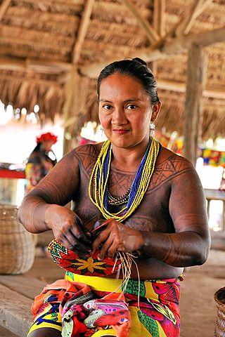Cestería en Embera , comunidad nativa al lado del río Chagres dentro del Parque Nacional Chagres, República de Panamá, América Central