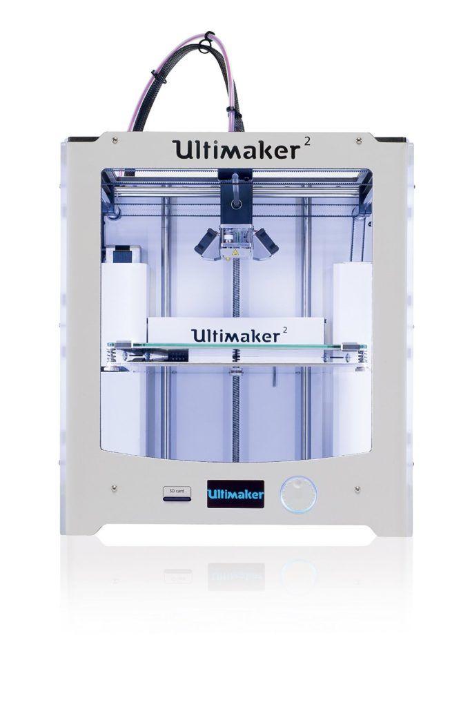 Der Ultimaker 2 3D-Drucker ist ein solides Gerät mit einem schönen Design. Der gute Kundenservice ist ein positives Extra, wie auch die Community um den Ultimaker. Zum Beispiel kann man Erweiterung kaufen wie Gläser die das Gerät vorne und oben abdichten. Dadurch steigert man die ohnehin schon gute Druckqualität durch die Temperaturkontrolle.