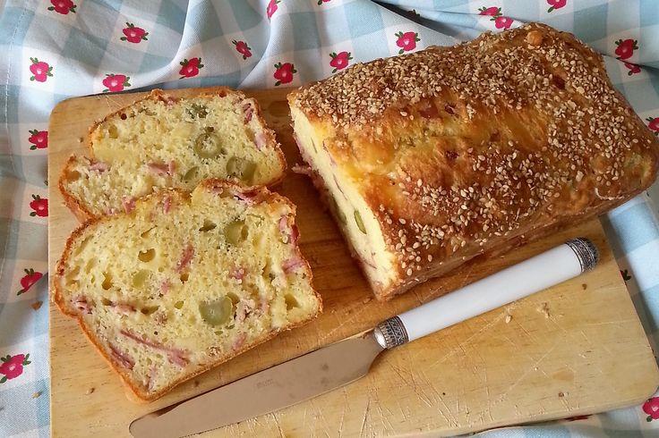 Il plumcake salato con prosciutto, tonno e olive è un antipasto davvero delizioso e saporito, ottimo come aperitivo. Ecco la ricetta