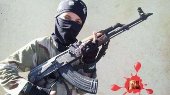 Ein Kind mit Sturmgewehr. Ausgebildet in einem der sechs ISIS-Kindercamps nahe dem Hauptquartier der Terrormiliz