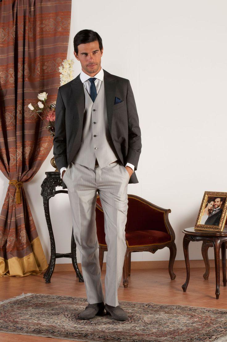 ZACK Abito sartoriale completo con giacca mezzo tight realizzata in fresco di lana grigio con revers a lancia, pantalone e gilet in gessato grigio perla, bottoni in madreperla naturale.
