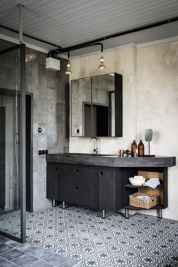 industrial style bathroom     photo johan sellen