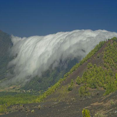 Passatwolken stürzen über die Cumbre
