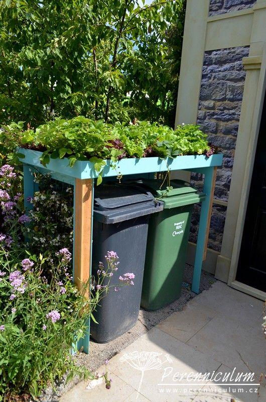 Přístřešek na popelnice s prostorem pro pěstování jahod a salátu.