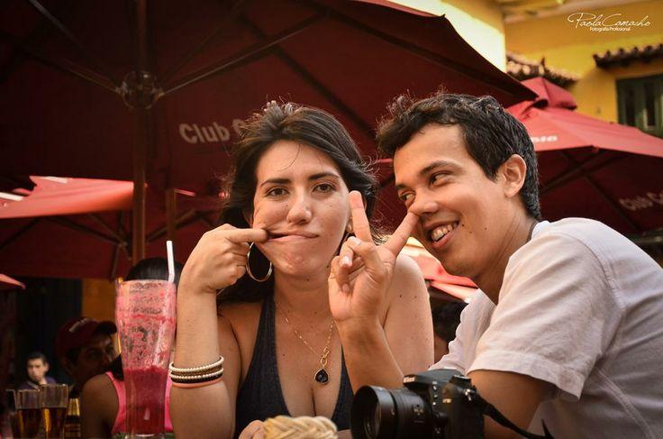 También se tontea de vez en cuando Fotografía de Bodas parejas - Cartagena Centro histórico Wedding photography in Colombia