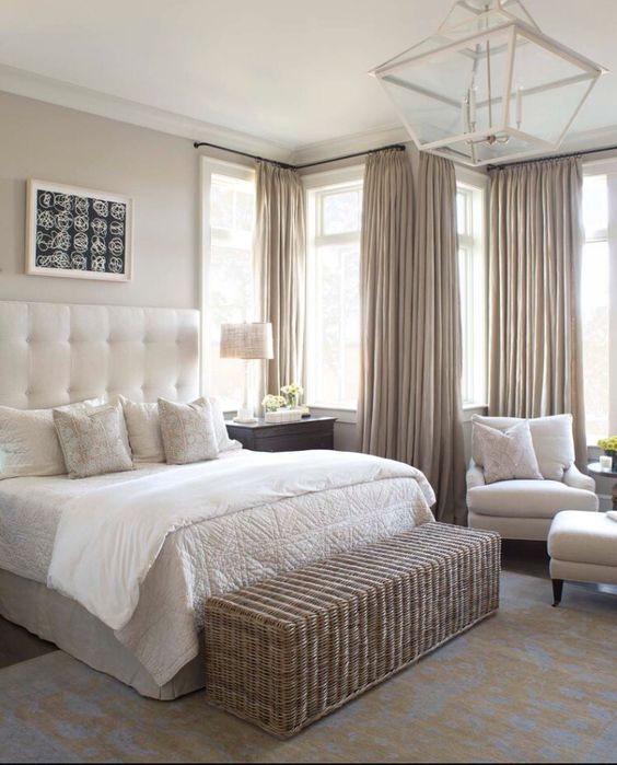 Sovrum - gardinlyx. Gardinerna hänger från en väggmonterad gardinstång med hjälp av klassiska gardinringar. Våderna hänger högt från tak till golv. För att uppnå ett liknande resultat rekommenderar vi våra linnegardiner i färgen sand. För att se hela sortimentet besök oss på www.gotain.com - Vi gör det enkelt att beställa skräddarsydda gardiner.   Bildkälla: Pinterest #gardin #gardiner #sovrum #säng