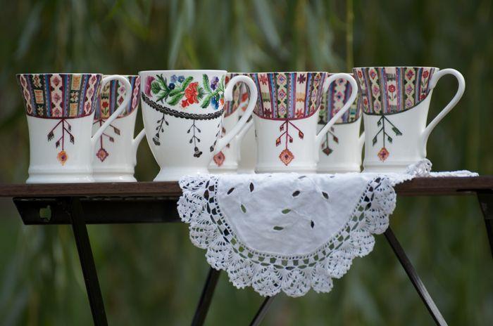Anca Vintilă Dragu, creatoarea Una ca Luna, pictează flori de ie pe porțelan