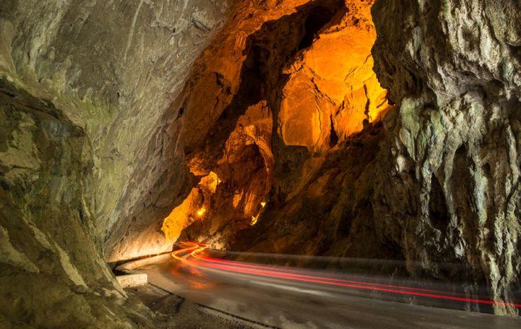 Es decir que el trayecto se convertirá en una experiencia maravillosa, teniendo que andar junto al arroyo que  fluye dentro de la cueva, puedes hacerlo en coche pero lo aconsejable dejarlo en el estacionamiento e ir caminando por el camino para disfrutarla más.