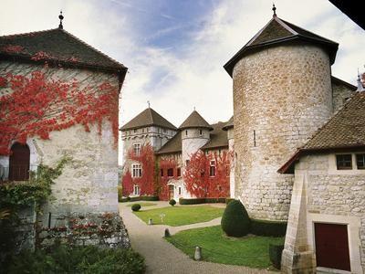 Торанс (Château de Thorens)   Замок возведен на месте старой крепости в 1060 году по приказу женевского графа Герольда. В XVI веке здесь проживал святой Франциск Сальский, женевский епископ.