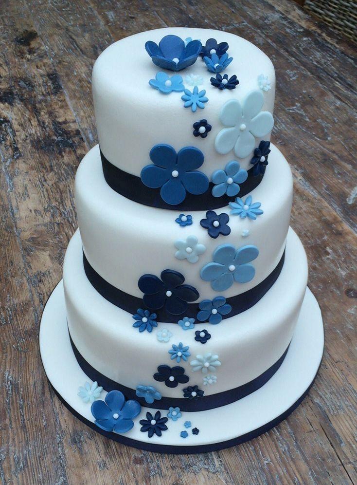 Bruidstaart met diverse blauw bloemen