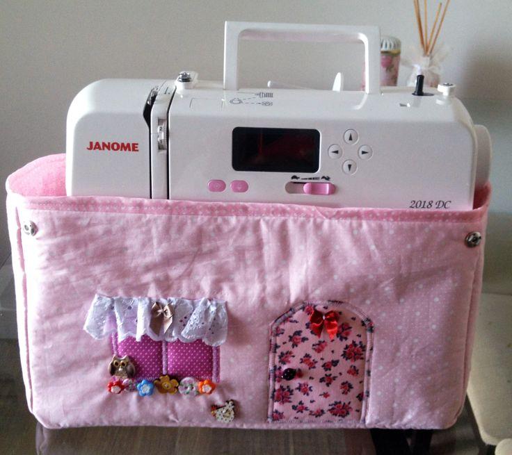 Hoje estou postando o passo à passo de como fazer uma capa para máquina de costura em tecido na forma de casinha. Eu ví esse trabalho feito como porta fraldas, aí pensei….e porque não uma cap…