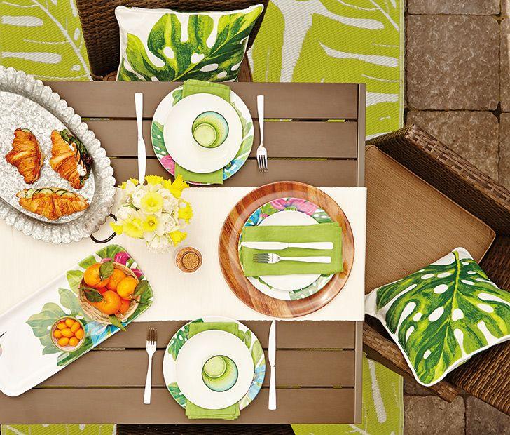 Rehaussez de simples assiettes blanches avec des accessoires aux accents tropicaux et en bois. Assiettes à fleurs, 3 $ chacune ; coussins, 12,46 $ chacun/22 $ les 2 ; verres, 2,50 $ chacun ; tapis, 25 $. Voir http://www.walmart.ca/fr/hometrends/N-1019673 | #walmart #hometrends #brunch #decoration #mangerdehors #exterieur #terrasse #fleurs #accessoires #pleinair