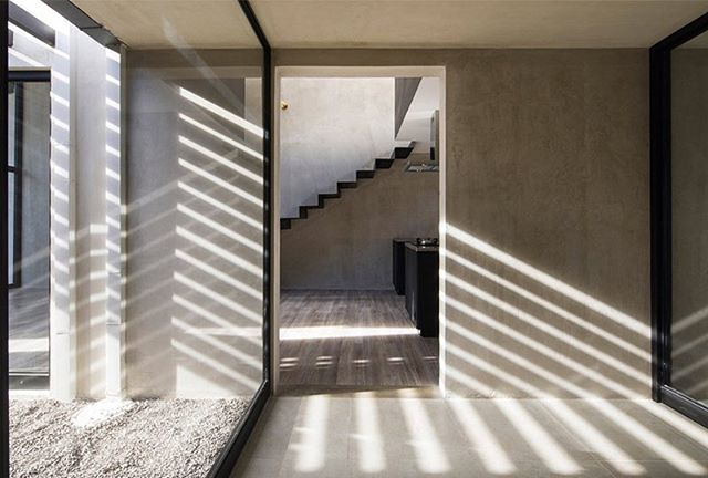 Via thehardt Costa RicanHouse (2017) by @mg_designstudio located in Tres Rios, Costa Rica. The volume of concrete contains an open floor plan with varying heights, distributing the common area (Kitchen, dining room, Living room), and in the mezzanine the studio and a dark room of photography. To generate privacy between rooms, these were placed at the ends of the volume of zinc separated by the wet block (bathrooms, and laundry). It used the route of the sun to create shadows and change the…