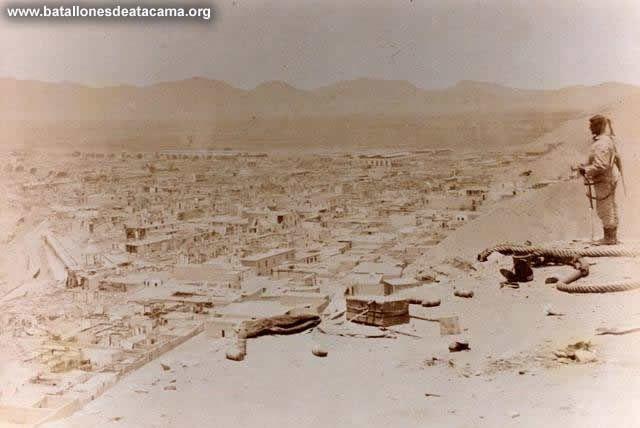 Chorrillos 1881: vista de la población desde el morro. Al fondo, los cerros donde se ubicaba la línea de defensa peruana de Miraflores