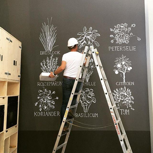 De Wanden Zijn Geverfd En Nu Tekent Marcoostoker Fijne Kruiden Op Keukenmuur Chalkboard Paintbenjamin Moorepswandinstagram Chalkboardsblackboard