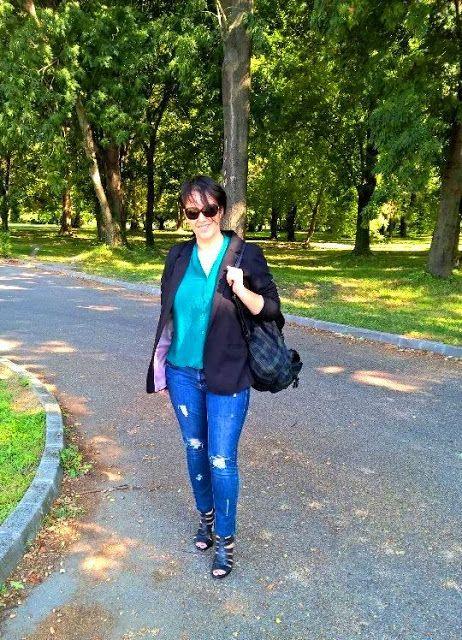 VGRV blog, black blazer, grunge checked backpack, destroyed denim jeans, emerald green top, black leather sandals