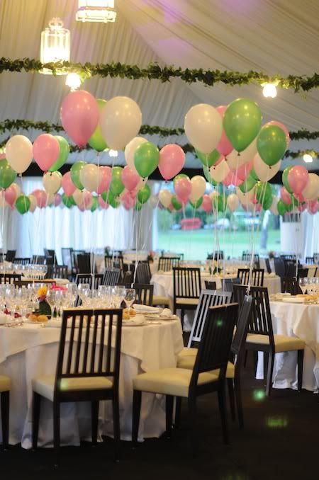 Globos de helio para decorar las mesas.