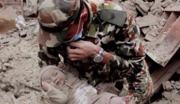 bebe sobrevive 22 horas tras terremoto, bebe sobrevive 22 horas tras terremoto de Nepal, veve sobrevive 22 horas, bebe sobrevive 22 horas entre escombros, sobreviviente tras terremoto en Nepal, lo rescatan luego del terremoto,