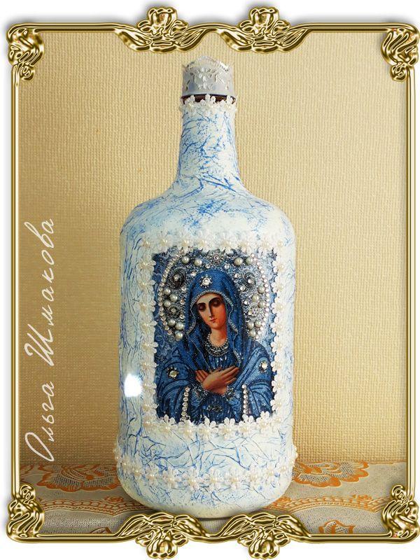 Бутылка для святой воды. Сделана в подарок на День Ангела для моей подруги Марины.Бутылка декорирована в технике декупаж: салфетки, лазерная распечатка, акриловые краски, лак, кружево, стразы.