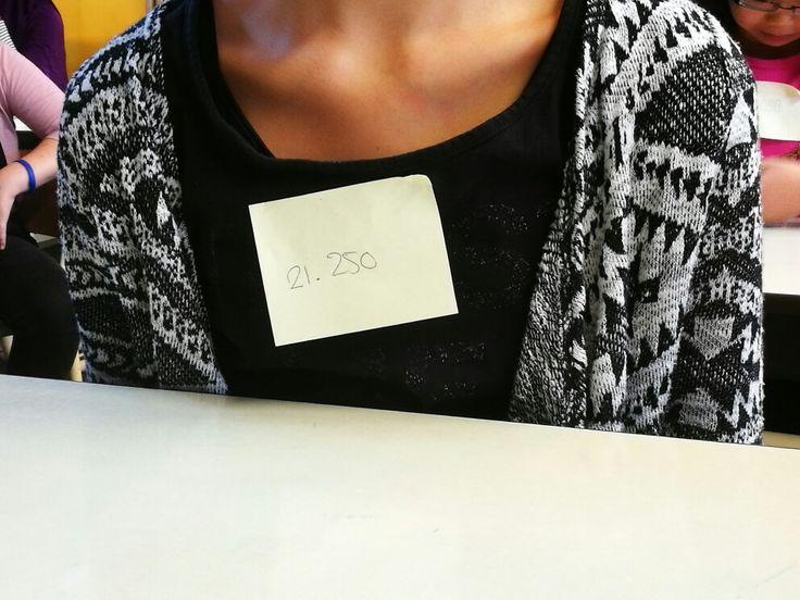 2.1 beide groepen.  Alle leerlingen hebben een sticker gekregen met een groot getal erop. Alle kinderen. Noemen dit kind bij dat getal.
