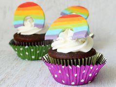 Acolchados del arco iris en la decoración de cosas para cupcakes y magdalenas