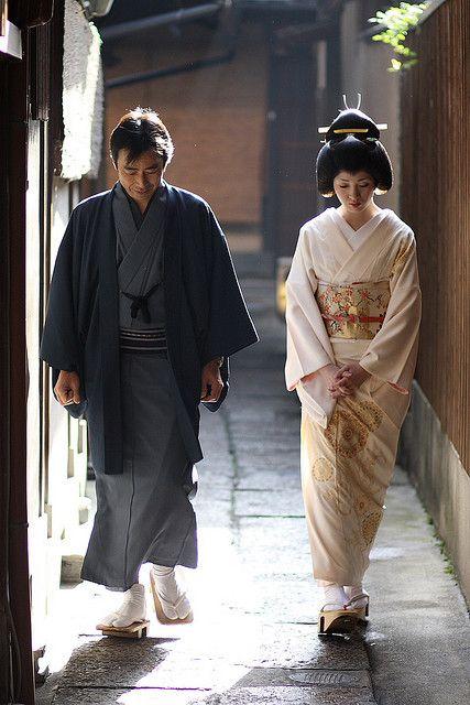 カップルはどこへ行くか、その神道の結婚式から来て、一緒に歩いて、適当な着物を身に着けている。A couple wearing the appropriate kimono, going to or coming from their shinto wedding, and walking together. #Japan #travel #otaku