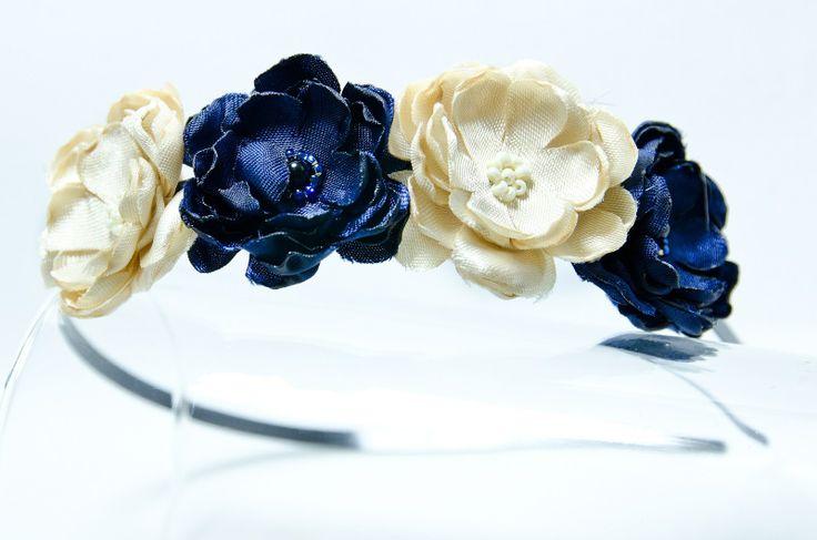 Čelenka smetanovo-modrá Originální čelenka s ručně vyrobeným saténovými smetanovými a modrými květy Doplněný perličkami a korálky. Velikost květu: š3cm x 4ks s Kovová čelenka stříbrné barvy ,šíře 0,5cm. čelenku je možné i ve stříbrné barvě nebo plastovou. Květiny jsou více na straně čelenky (nad uchem) Pro pohodlnější nošení je květ podlepen filcem. ...